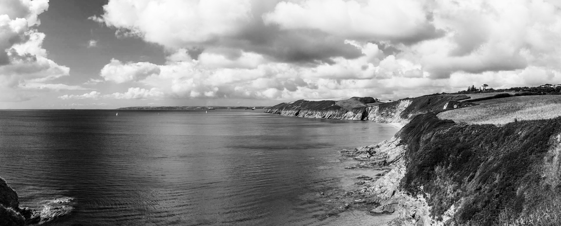 Cliffs around Porthbeor Beach, Cornwall © Raimond Spekking / CC BY-SA 4.0 (via Wikimedia Commons)
